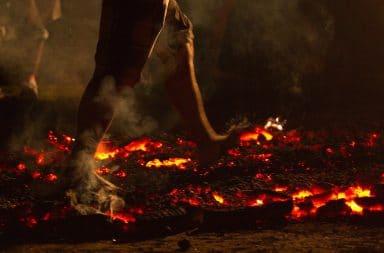 الفيزياء تمكنك السير الجمر تحترق