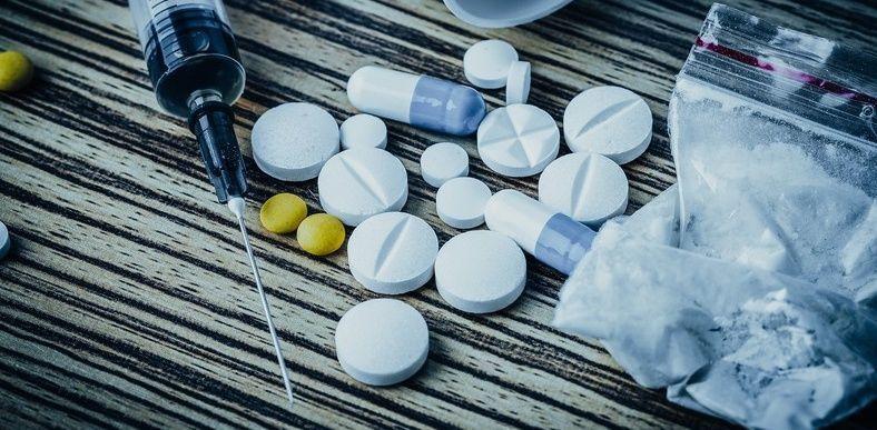 أعراض إدمان المخدرات علاج إدمان المخدرات الأسباب والأعراض والتشخيص والعلاج تعاطي المواد المخدرة شرب الكحول الإدمان على المخدرات المخدر