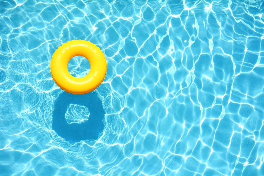 """طريقة """" حلوة """" لتحري وجود بول في حوض السباحة"""