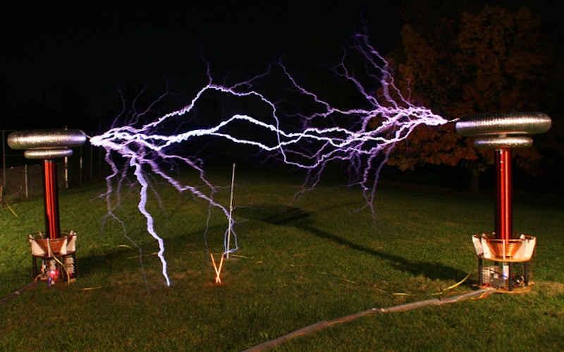 الكهرباء اللاسلكية !  كيف يعمل ملف تيسلا ؟