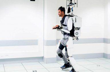 مريض يستعيد القدرة على المشي مجددًا بفضل جهاز موصول بدماغه هيكل خارجي يساعد المرييض على الحركة ويتحكم به بواسطة عقله إلكترود