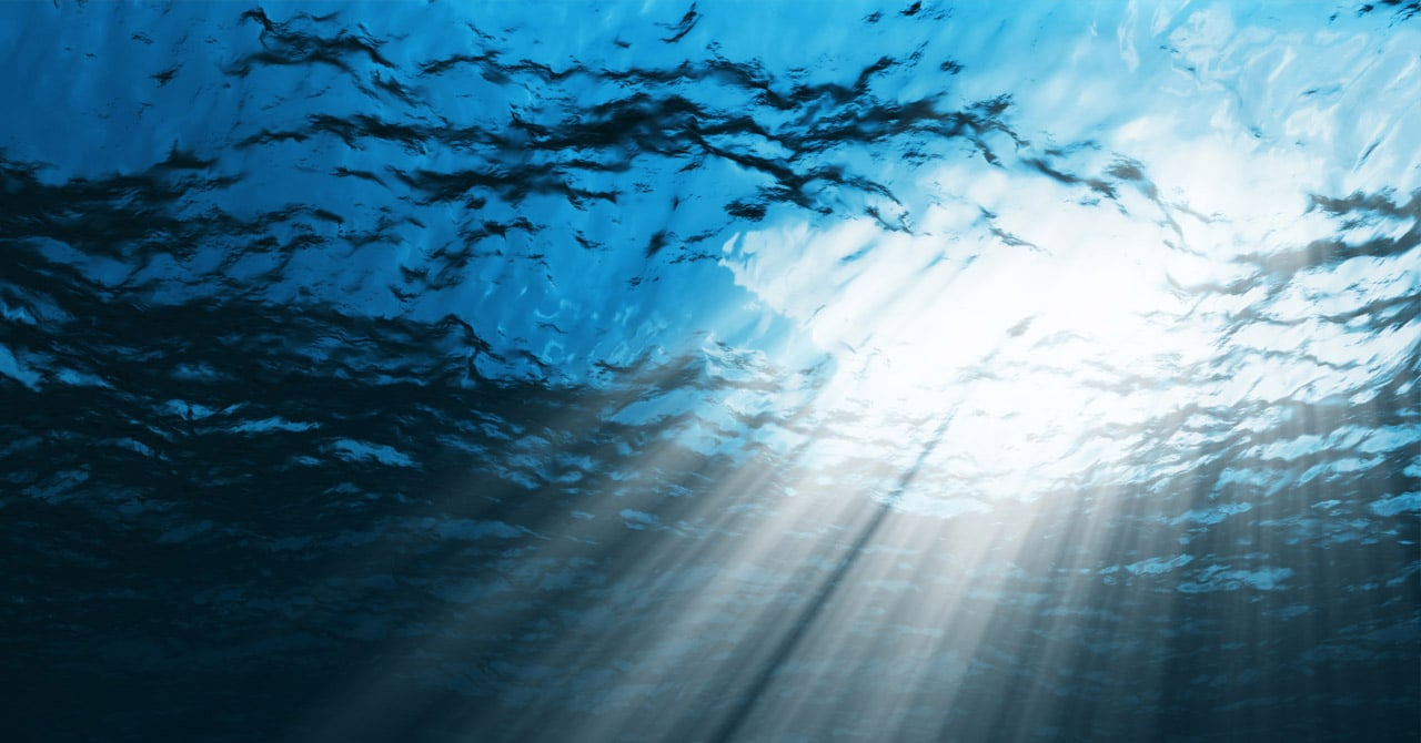 ما هي المدة الزمنية التي ستحتاجها للوصول إلى أعمق نقطة في المحيط ذهابا وإيابا بالسباحة عموديا إذا استطعت حبس أنفاسك لمدة غير محددة؟