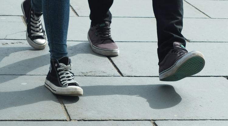 لماذا نسير على كعوب اقدامنا بدلا من الاصابع ؟