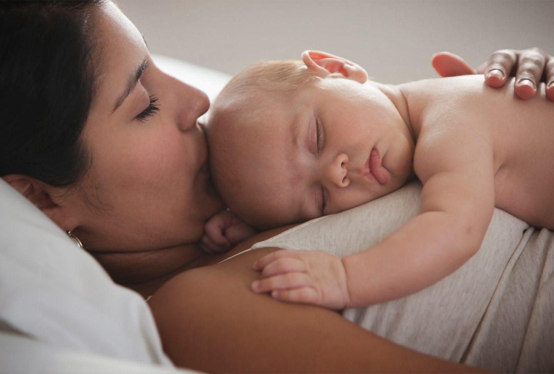 كيف يتأثر نوم الطفل بنوم والدته؟