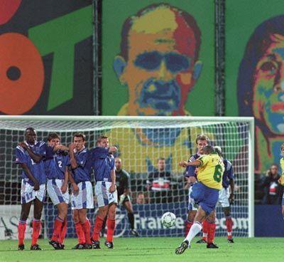 لغز الضربة الحرة الشهيرة لروبرتو كارلوس (فيزياء كرة القدم)