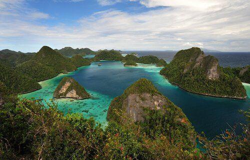 جزر Four king في إندونيسيا.